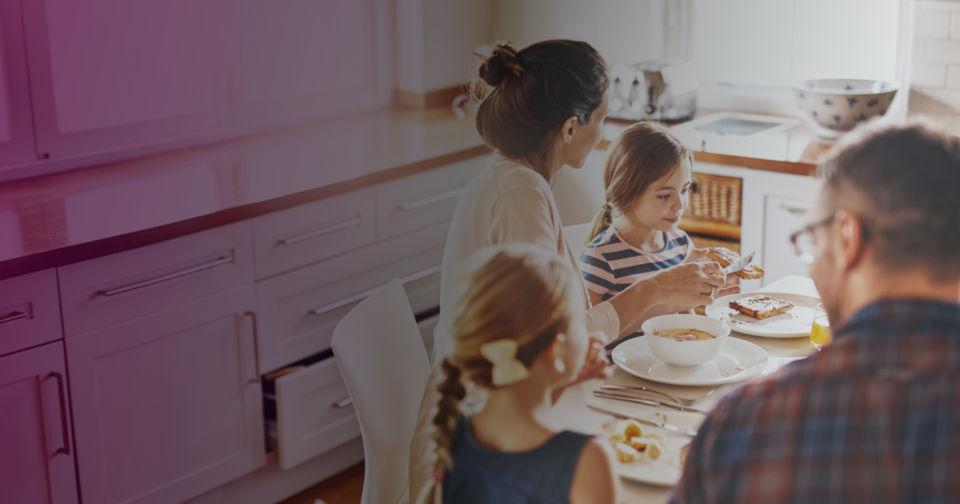 Famille assise à une table de cuisine