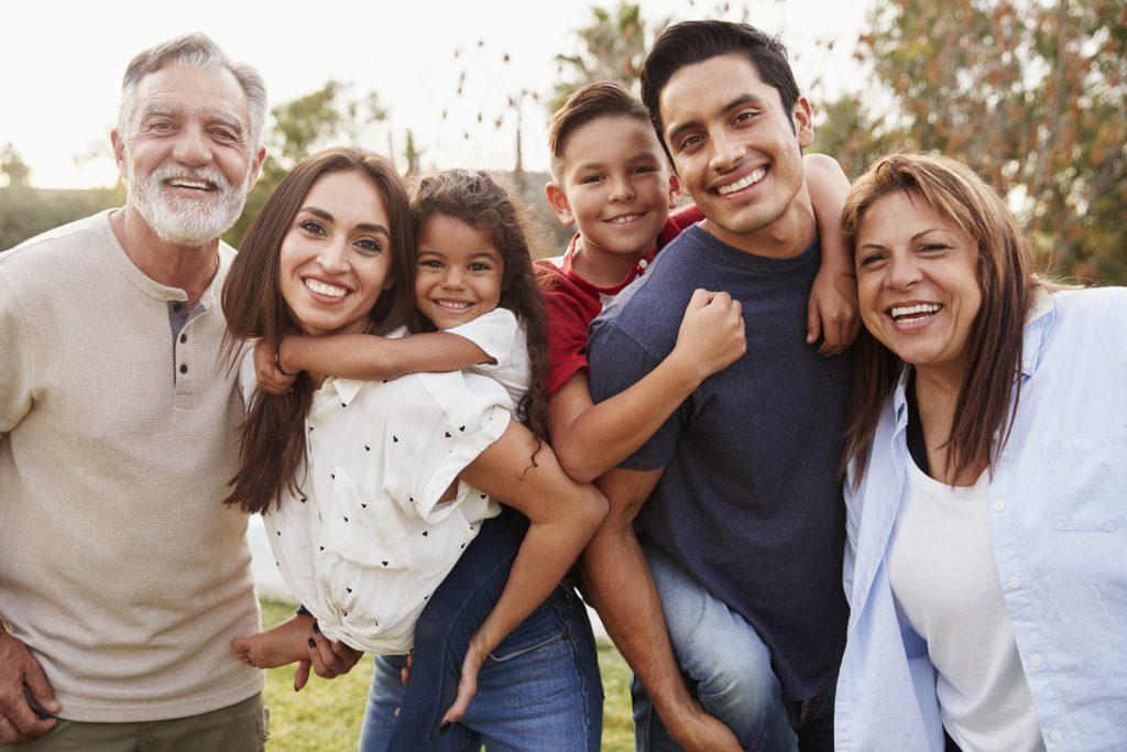 Une famille comprenant 2 enfants, parents et grandparents.