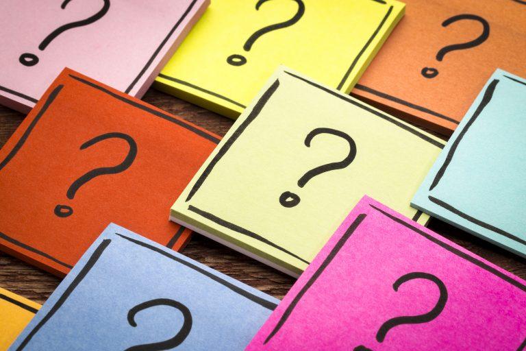 Petites notes multicolores avec de points d'interrogation