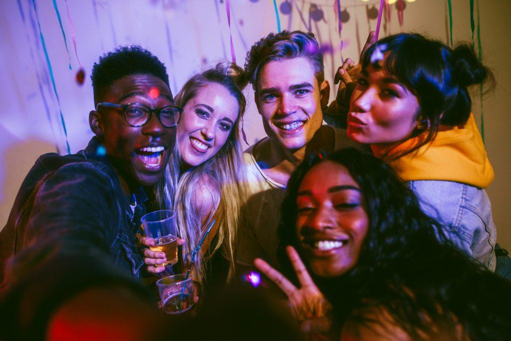 Groupe d'adolescents à une fête