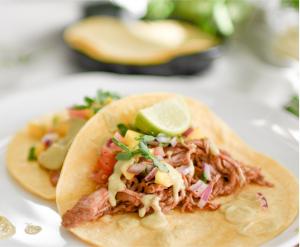 Tacos au poulet avec salsa de mangue et crème de pois chiches et avocat